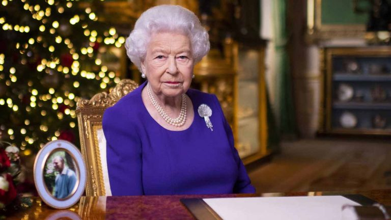 Four questions and their answers related to the life of Queen Elizabeth II